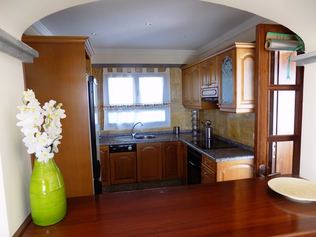Breakfast bar - Lounge to Kitchen